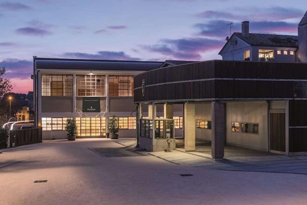 La collezione Aura sarà in esposizione fino al 31 agosto negli spazi del Parco della Filandetta, magico luogo del vino della famiglia Bortolomiol, al cuore di Valdobbiadene