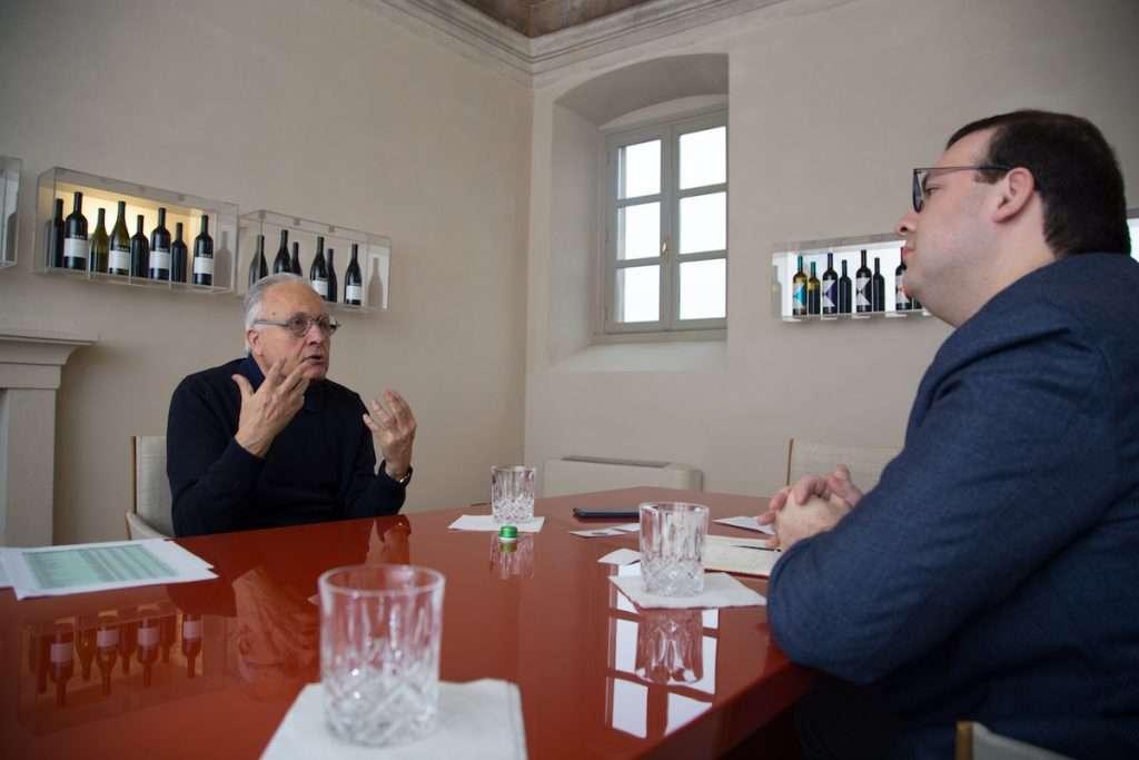 """""""In Italia si suonano le trombe per la vendemmia 2020, che promette di essere la più ricca di uva al mondo: un primato non invidiabile in presenza di una crisi dei consumi senza precedenti, che si abbatte su tutti i mercati e coinvolge tutte le cantine del mondo, gonfiandone le giacenze"""", si domanda Angelo Gaja in merito all'attuale crisi"""