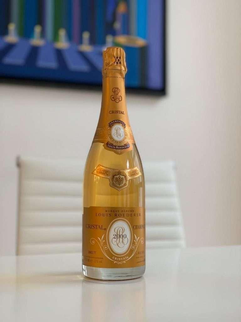 Oggi, la bottiglia di Cristal non è più di cristallo, ma la sua trasparenza caratteristica è rimasta