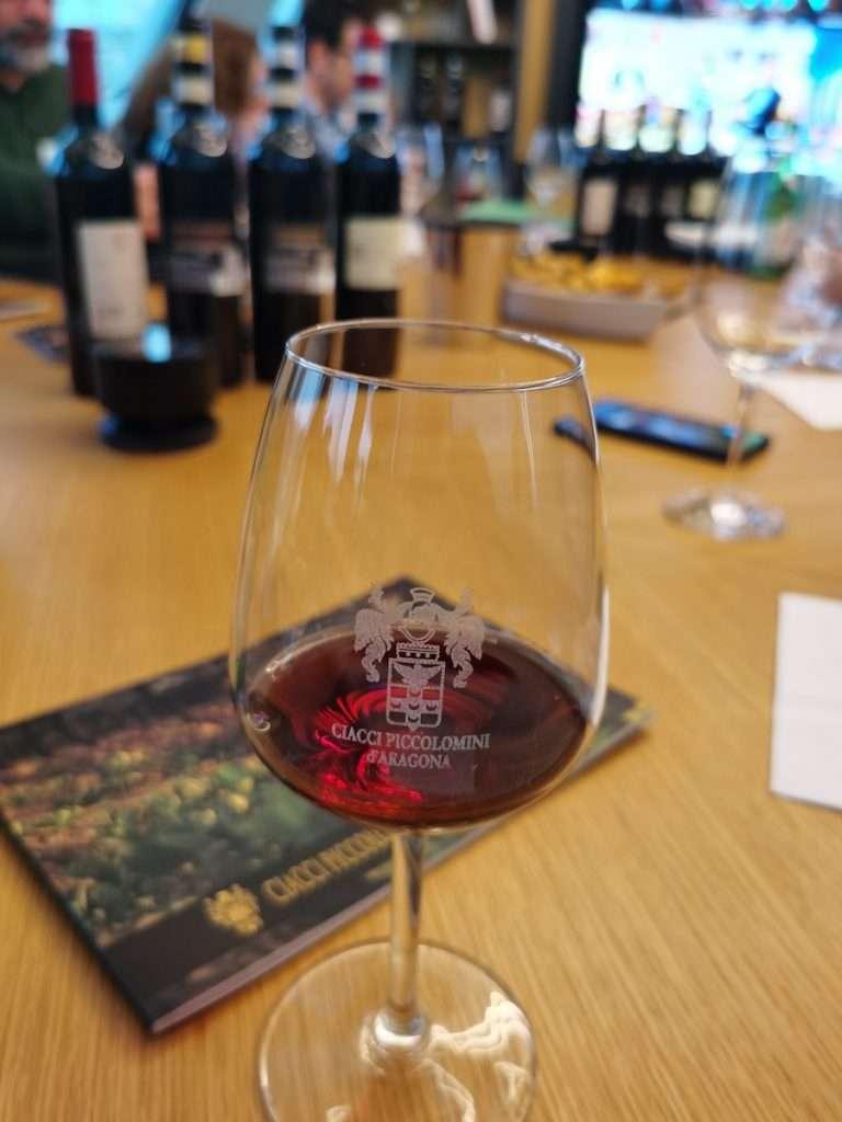 Al centro del digital wine tasting Microsoft, il Brunello anno 2015 di Ciacci Piccolomini D'Aragona, di recente insignito del punteggio 100/100 da James Suckling