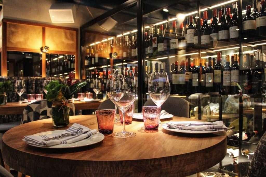 Dimenticare anche le early dinner di questi ultimi tempi: il nuovo Dpcm dice stop alle cene al ristorante almeno fino al 24 novembre prossimo