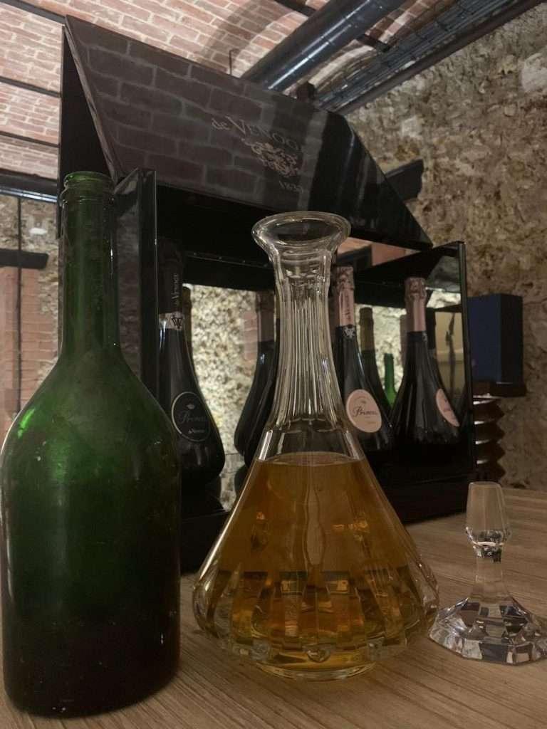 Cuvèe des Princes 1979: sboccata à la volèe dal presidente della Maison, Gilles de la Bassetière, e conservata in un'antica bottiglia, ma non quella classica a forma di decanter