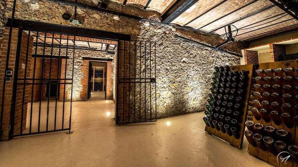 Il caveau sotterraneo di De Venoge, dove sono custodite anche tutte le bottiglie più storiche, alcune ancora sui lieviti