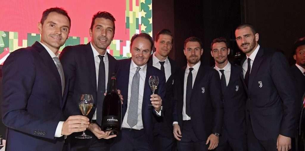 Alessandro e Matteo Lunelli con alcuni membri della Juventus in occasione di precedenti festeggiamenti
