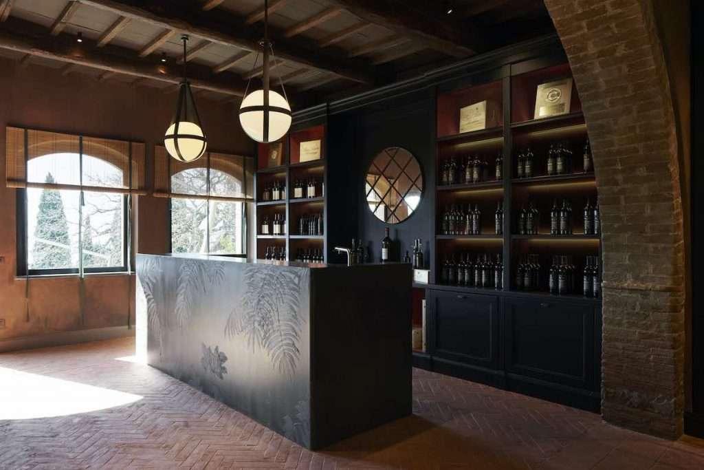 Nessuno stravolgimento, ma un'immagine più ricercata ed esclusiva, oltre che più accogliente: cambia così il wine shop di Poggio Antico