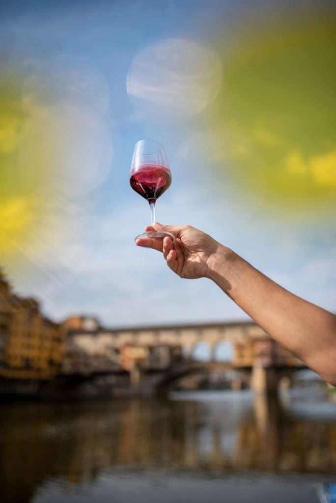L'esperienza da Signorvino oggi si fa intima: spazi, anche in contesti da sogno come piazza Maggiore a Bologna o il balcone sul Ponte Vecchio a Firenze, saranno messi a disposizione di chi ha voglia di godere una cena o un aperitivo all'aria aperta