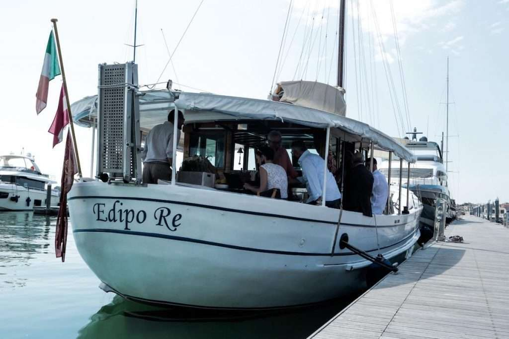 Edipo Re, la storica imbarcazione che fu teatro delle straordinarie traversate di Pier Paolo Pasolini e Maria Callas, ha ospitato la consegna del ricavato della ottava vendemmia solidale