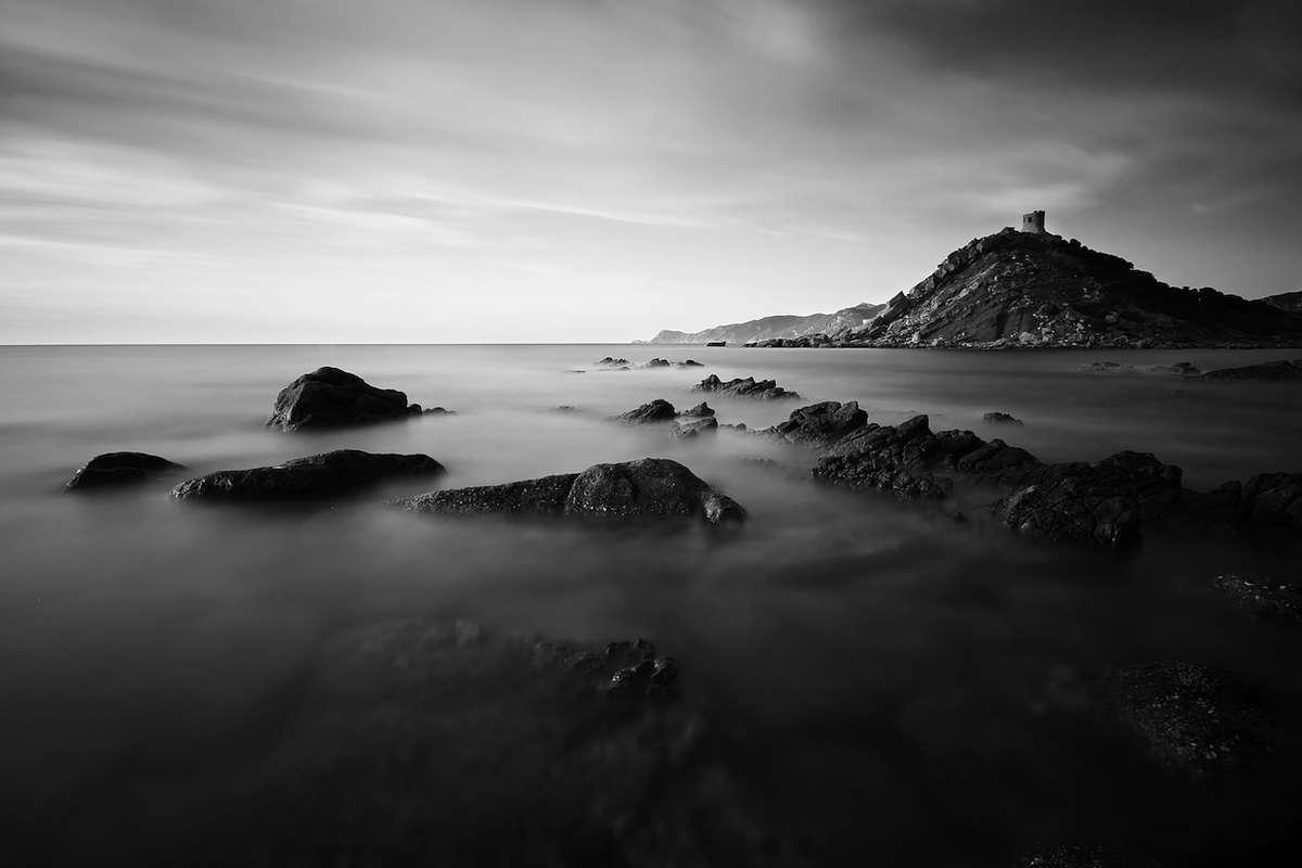 Cinque interpretazioni di un'isola: la Sardegna del vino in un viaggio fra terre vocate e mare