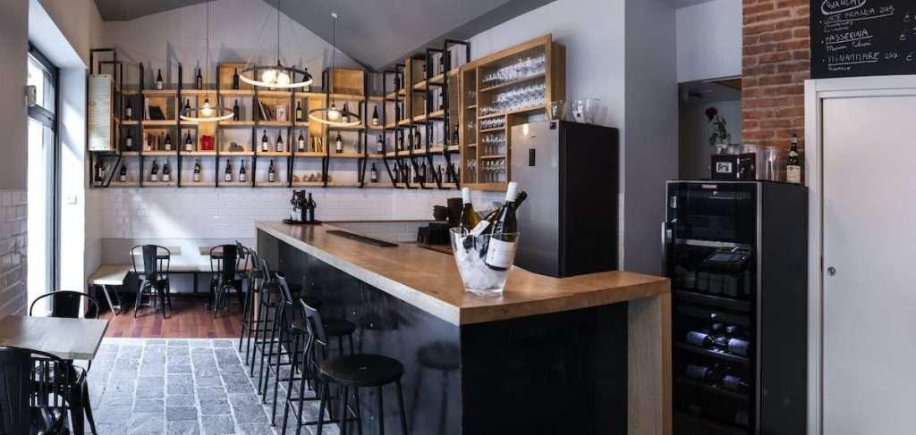 Mezzo ritrovo di appassionati di vini naturali, mezzo enoteca per semplici vicini di casa: Cru è un ibrido di successo nel panorama dei locali sotto la Madonnina