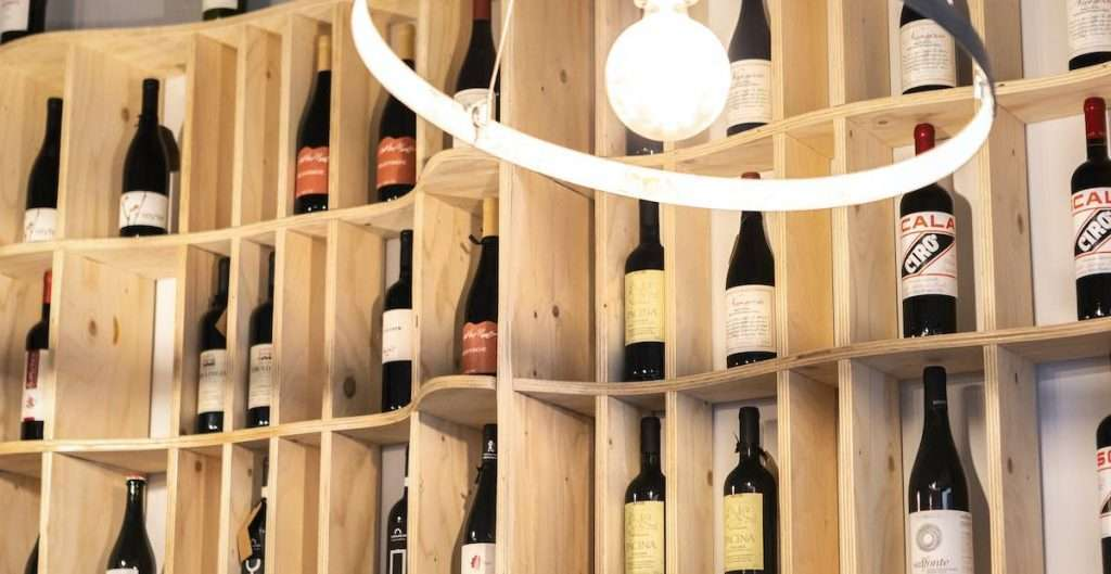 Oggi, l'offerta di Cru si struttura per l'80% attorno ai vini italiani, con in prima fila quelli del Centro, e per il restante 20% su etichette internazionali, che spaziano ben oltre la classica Francia, toccando anche gli Orange Wine di Georgia e Slovenia