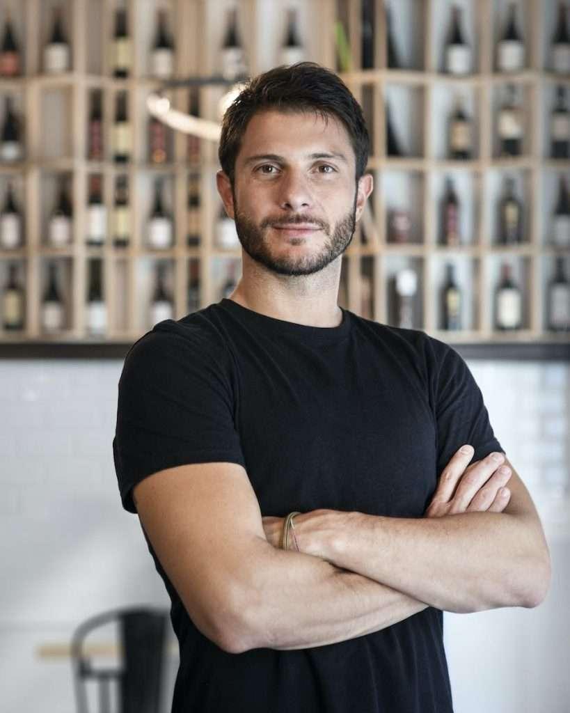 Jacopo Ercolani, titolare di Cru, un passato nel digital marketing, un presente dietro il bancone a mescere buon vino
