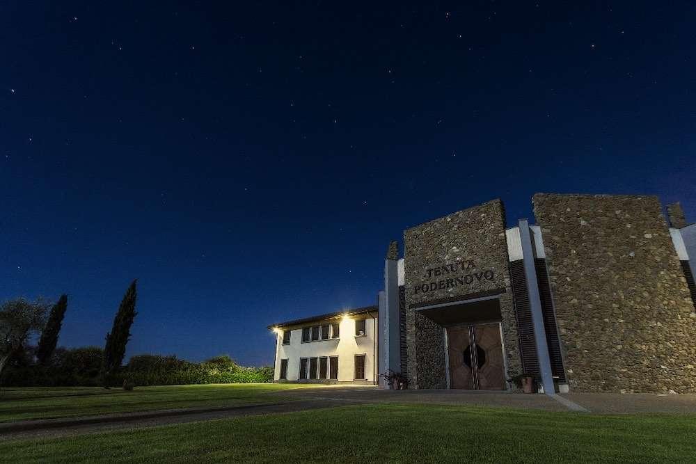 Tenuta Podernovo è un piccolo grande angolo di Costa Toscana nel comune di Terricciola, in provincia di Pisa, dove la famiglia Lunelli nel 2000 ha scelto di acquisire 80 ettari, di cui 40 a vigneto