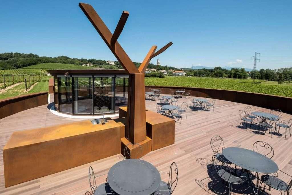 Agli aderenti al Giusti Wine Club sarà offerta la possibilità di partecipare a degustazioni in anteprima delle nuove annate, piccoli corsi sul mondo del vino ed eventi dedicati nella scenografica nuova cantina che domina il paesaggio di Nervesa della Battaglia