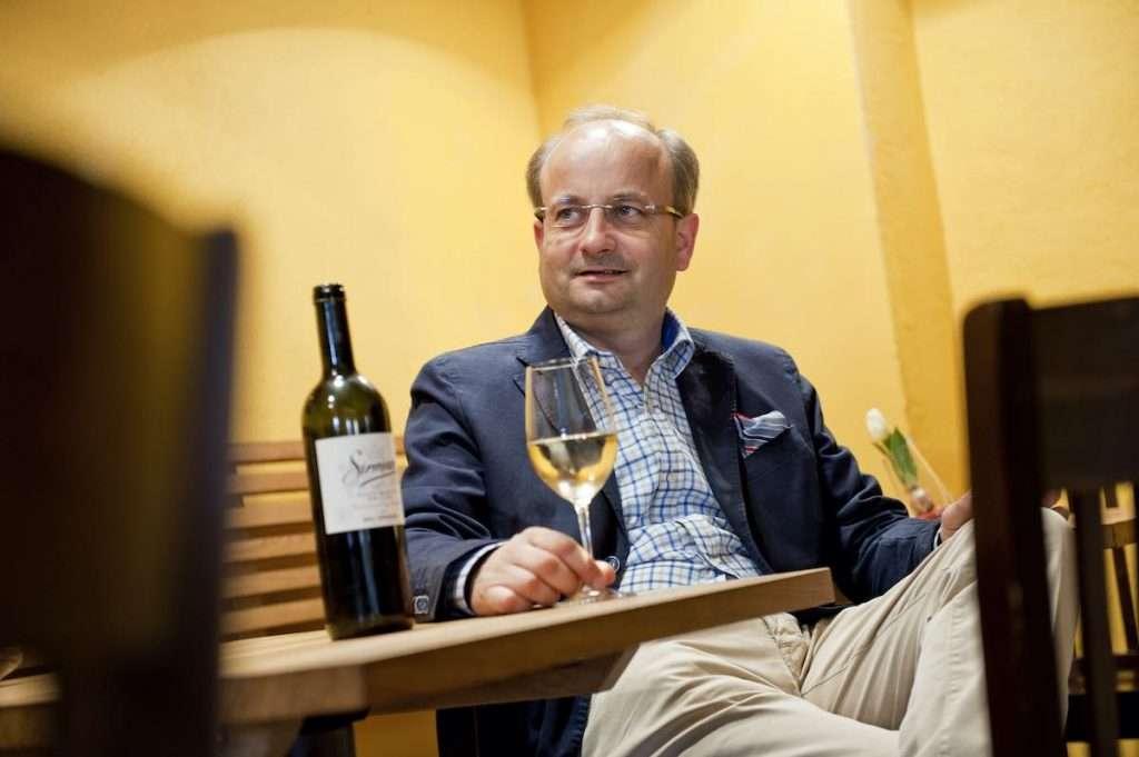 Gottfried Pollinger, direttore commerciale di Nals Margreid, presenta la novità Private Rarities: una scelta di vini selezionatissimi, custoditi a riposare, a temperatura controllata e in piccole quantità, nell'angolo più nascosto e riservato della cantina cooperativa altoatesina