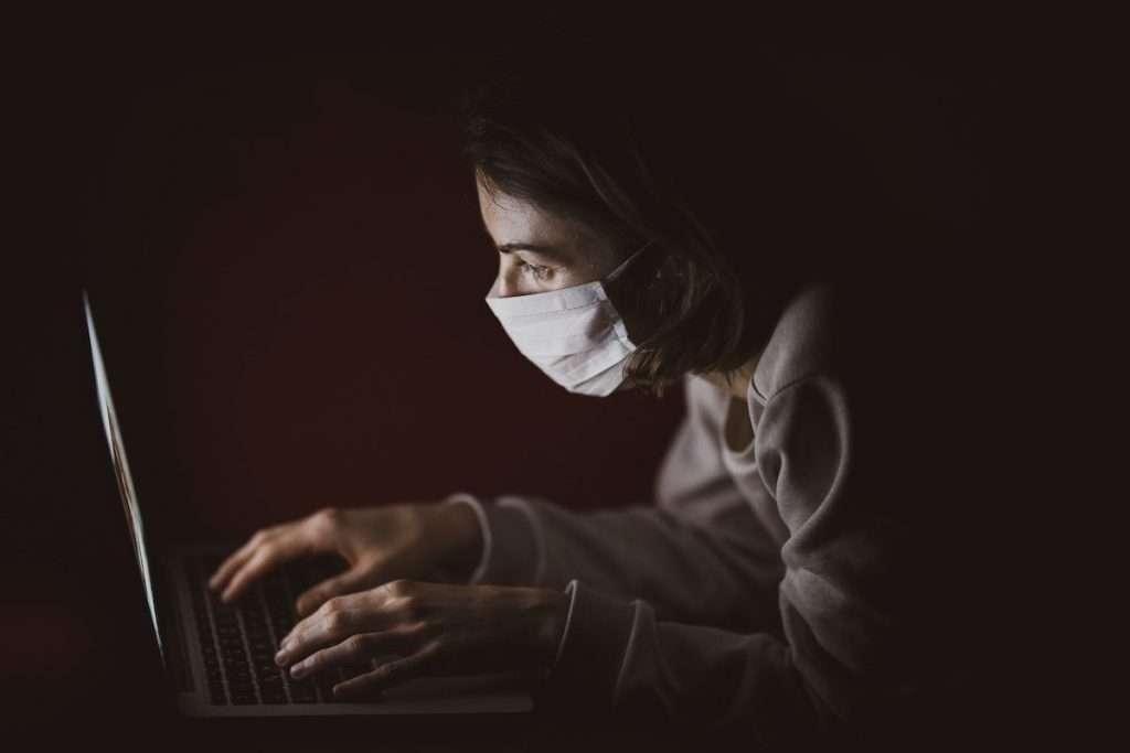 """""""Oggi non sono più soltanto i Millenial a sfruttare le occasioni offerte dall'e-commerce: l'acquisto online, infatti, trova sempre più estimatori anche nelle generazioni precedenti"""" (Roberta Corrà sui cambiamenti nell'anno della pandemia)"""