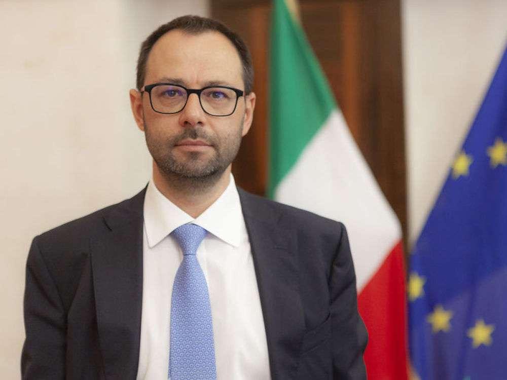 """Nessuna """"svista"""", la decisione di dire stop per Dpcm alla vendita diretta da parte delle enoteche alle ore 18 ha una paternità: è il ministro dello Sviluppo Economico Stefano Patuanelli"""