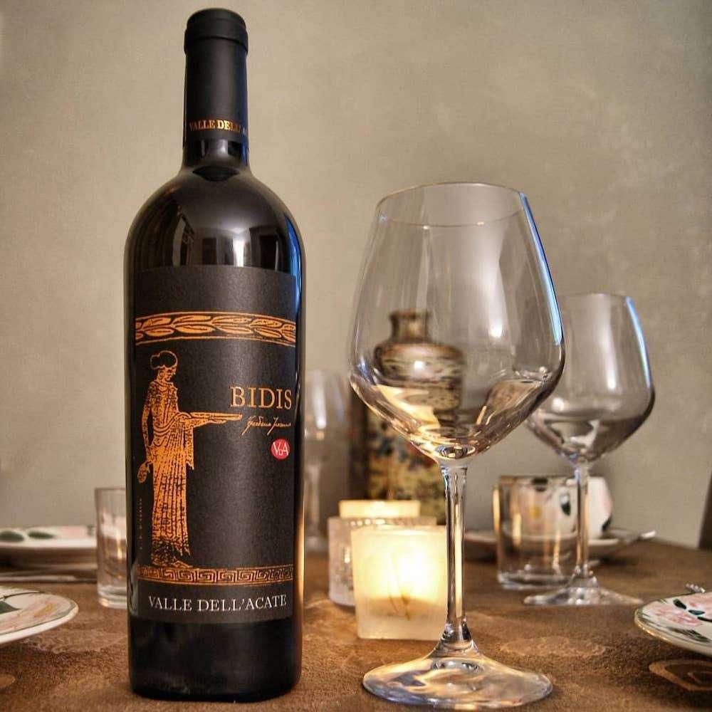 Bianco potente, intenso ma delicato: è lo Chardonnay Bidis, uno dei Cru firmati Valle dell'Acate
