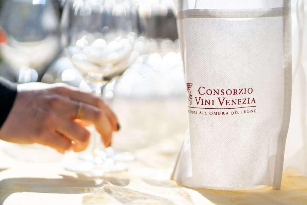 Feel Venice 2021, il prossimo 3 luglio, celebrerà le produzioni enologiche provenienti da Doc Piave, Doc Lison Pramaggiore, Doc Venezia, Docg Malanotte e Docg Lison.