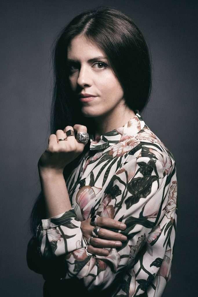 Elena Salmistraro è la prima donna a firmare la Limited Edition de La Pettegola Banfi