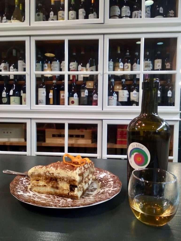Piccola Cantina Moulinski è fusione di culture, tra cucina bio, vini sinceri e un tocco di arte