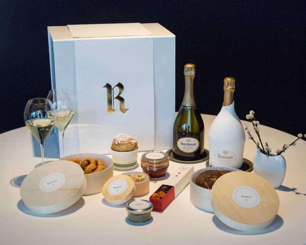 La box del delivery della Ruinart #ChampagneBreakfast: un'eleganza distintiva e quasi eterea