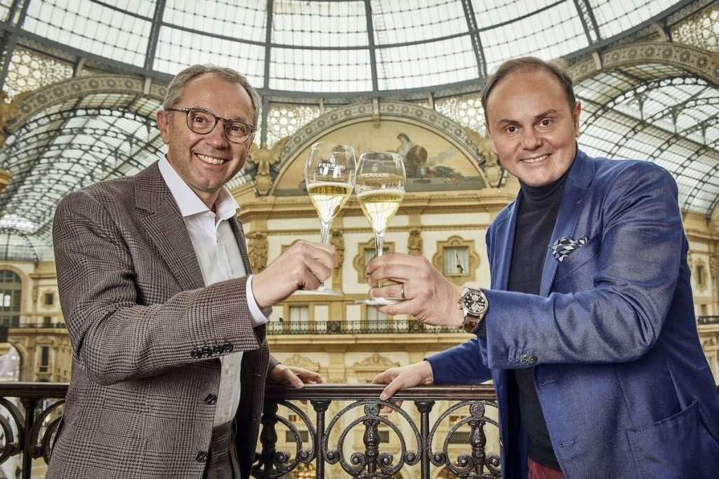 Il brindisi che sancisce la nuova partnership tra Stefano Domenicali, presidente e ceo di Formula 1, e Matteo Lunelli, presidente e ceo di Ferrari Trento