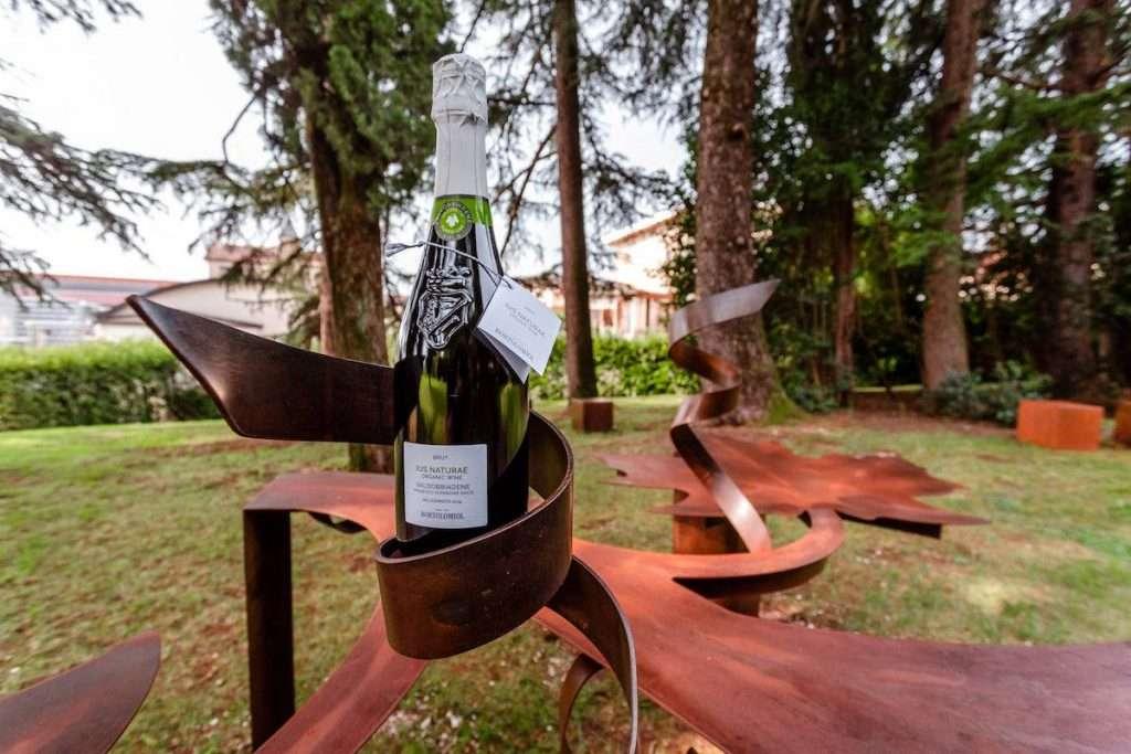 Il Parco della Filandetta è un luogo di comunicazione ma anche e soprattutto di produzione, grazie alla presenza della cantina di vinificazione e del vigneto biologico da cui nasce Ius Naturae Bortolomiol