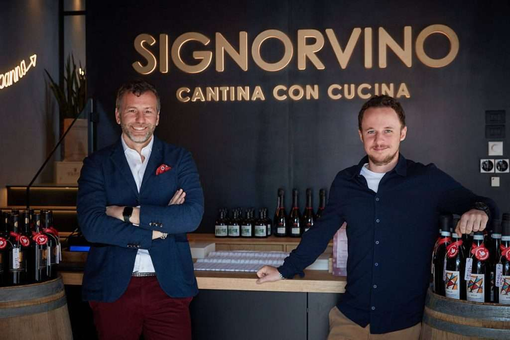 A destra, Federico Veronesi, general manager Signorvino, insieme al brand manager Luca Pizzighella