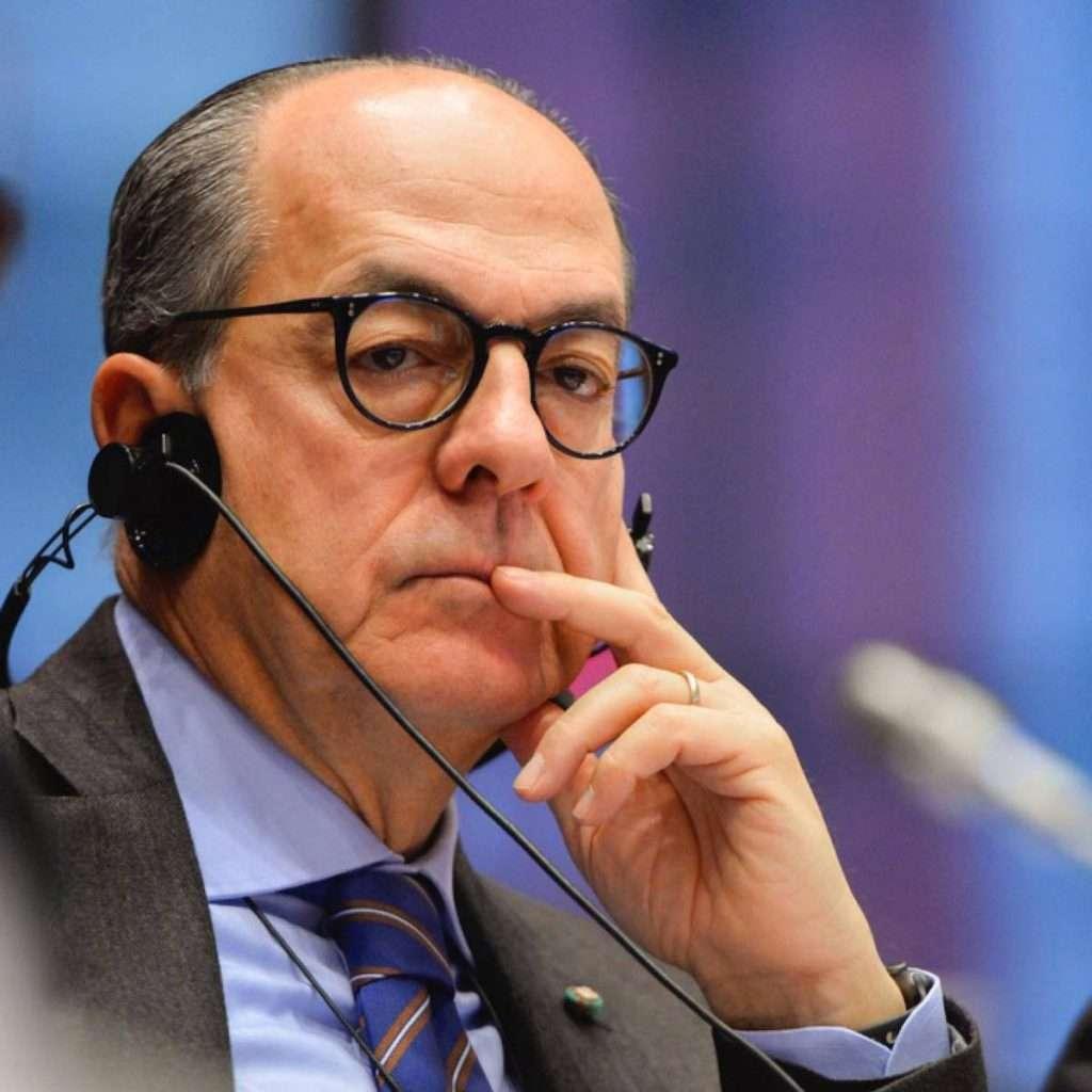 L'eurodeputato Paolo De Castro spiega i contorni di quanto si sta discutendo in sede Ue sul tema vino senza alcol