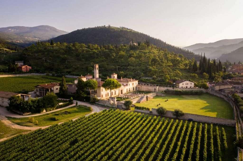 Il progetto di Villa Della Torre si fonda sulla valorizzazione dei due territori, entrambi di forte identità e di grande vocazione enoica