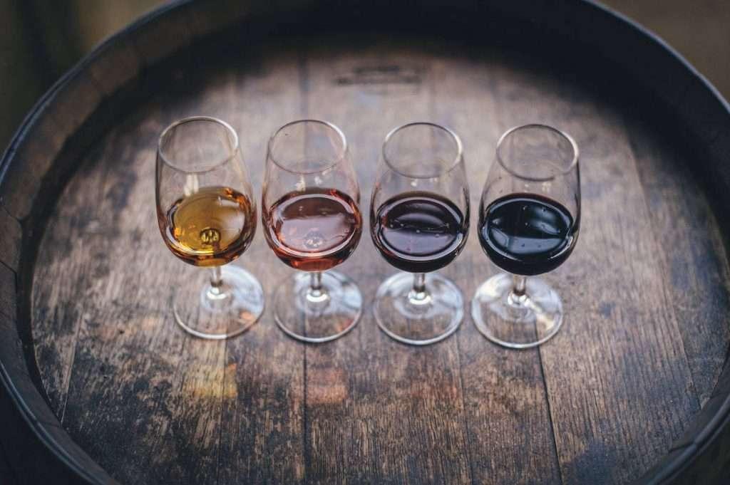 Fermentazione e affinamento sono fasi da tenere in considerazione quando si acquista un vino e, soprattutto, sono caratteristiche che dovrebbero essere sempre esplicitate tra le specifiche del prodotto all'interno di una pagina di un e-commerce