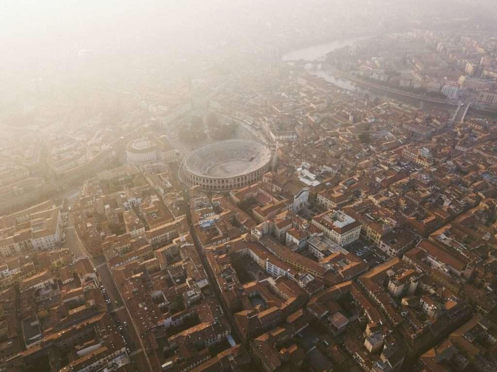 Con altre importanti realtà, anche del vino, del territorio, Zenato è tra i sostenitori del progetto 67 Colonne per l'Arena di Verona