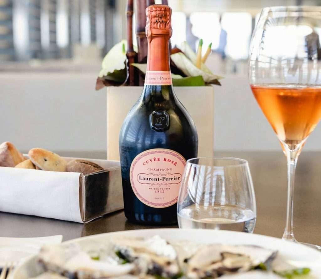 Da Armani/Bamboo Bar in prima fila il Laurent-Perrier Rosé Champagne, fresco e morbido, con note di agrumi, frutti bianchi e pane tostato, perfetto con ostriche e pesce crudo marinato