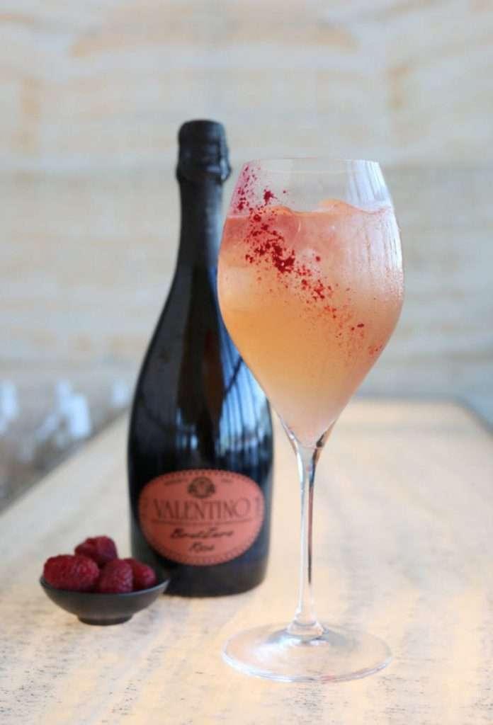 La carta del Armani/Bamboo Bar offre Raspberry Blush con Valentino Rosé brut, Vodka, Sambuco, Lychee, Raspberry Ice.