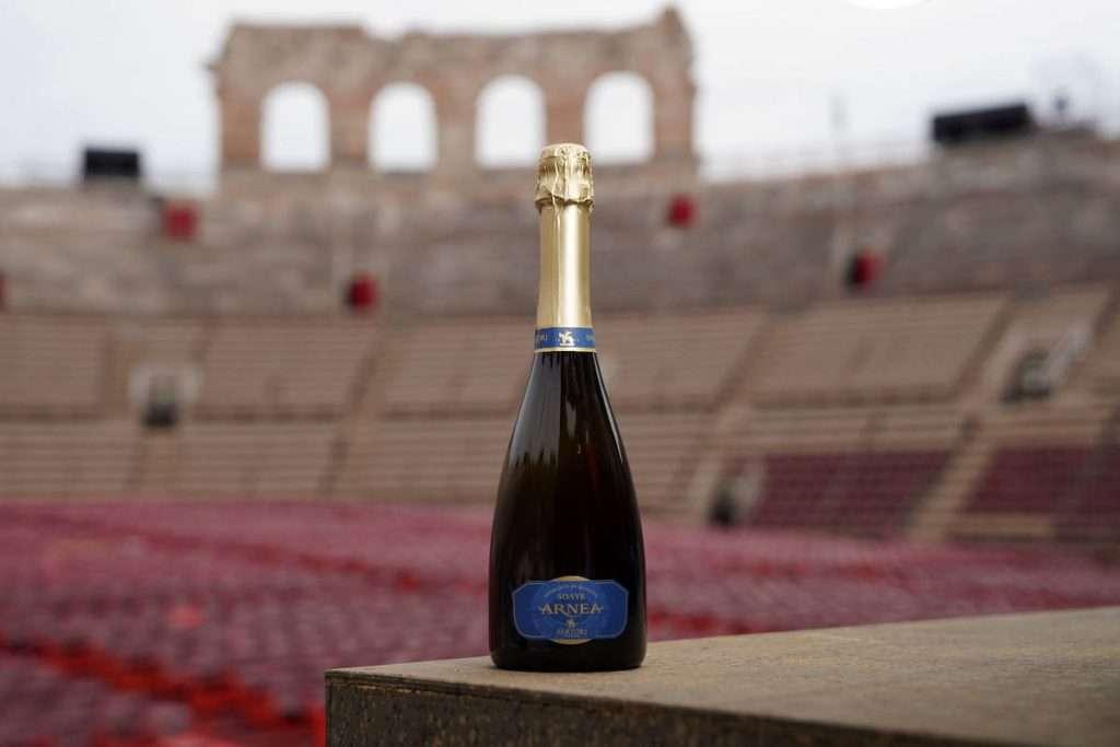 Nuovo abito per il vino ufficiale della stagione lirica all'Arena di Verona, con l'immagine degli arcovoli a lasciare spazio alla pianta stilizzata dell'anfiteatro romano
