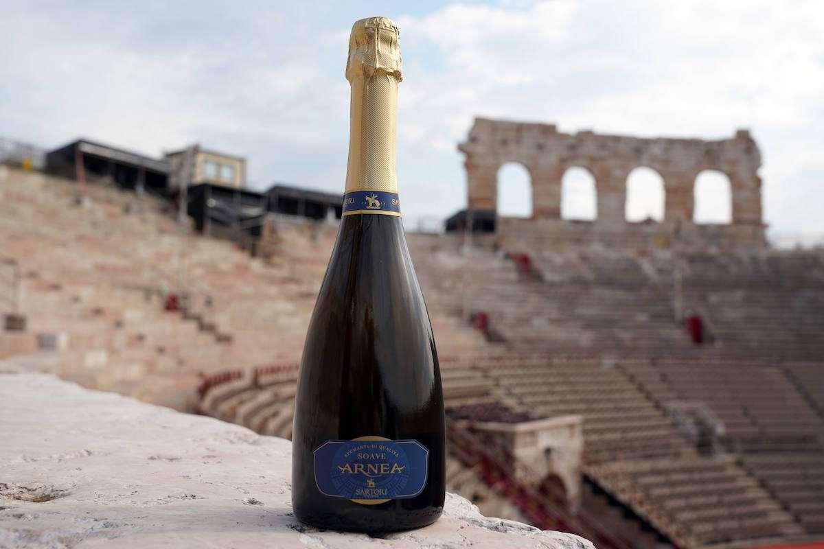 Il vino da abbinare alla prima dell'Arena di Verona è il Soave Brut Arnea di Sartori
