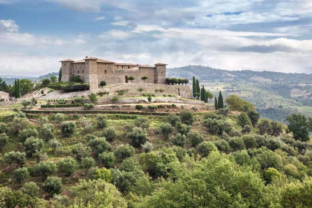 Castello di Montepò intende celebrare in grande stile la ripartenza, aprendo al pubblico di appassionati (per la prima volta) una parte della tenuta e dell'antico maniero fortilizio