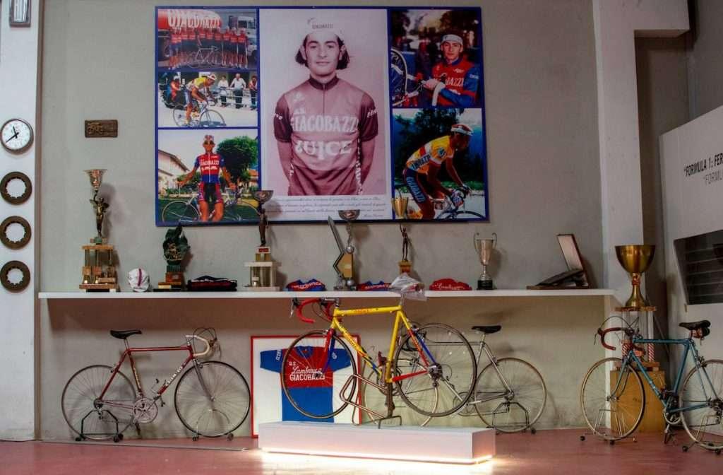 Nel percorso espositivo, anche il racconto del legame della famiglia Giacobazzi con i grandi campioni della Formula 1 e del ciclismo