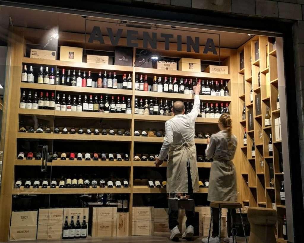 La novità del bere bene a Roma si chiama Aventina: il locale si situa a metà strada tra Porta San Paolo e il Circo Massimo