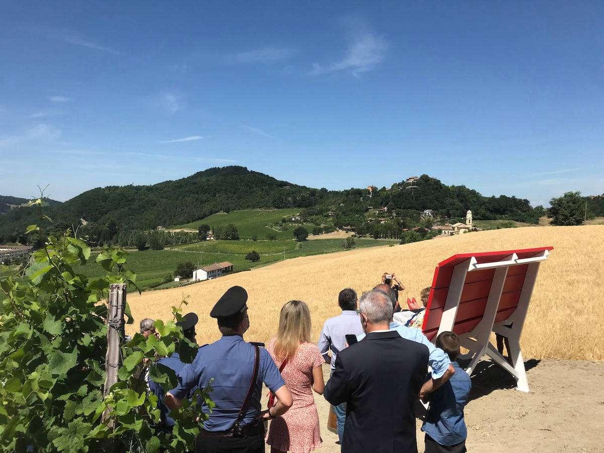 In Oltrepò spunta una nuova panchina del vino: dove trovarla