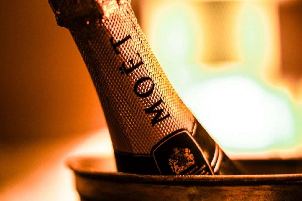 """Moët Hennessy ha deciso per una """"sospensione temporanea"""" delle forniture verso la Russia dopo l'approvazione delle nuove disposizioni di Mosca"""