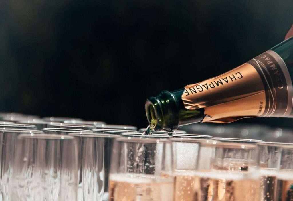 """Sulle etichette delle bottiglie, il corrispettivo russo del termine Champagne, """"shampanskoe"""", verrà ora riservato alle sole produzioni nazionali"""