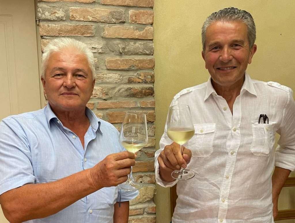 A destra, il presidente del Consorzio per la tutela vini Soave e Recioto di Soave, Sandro Gini, insieme al vice, Massimino Stizzoli