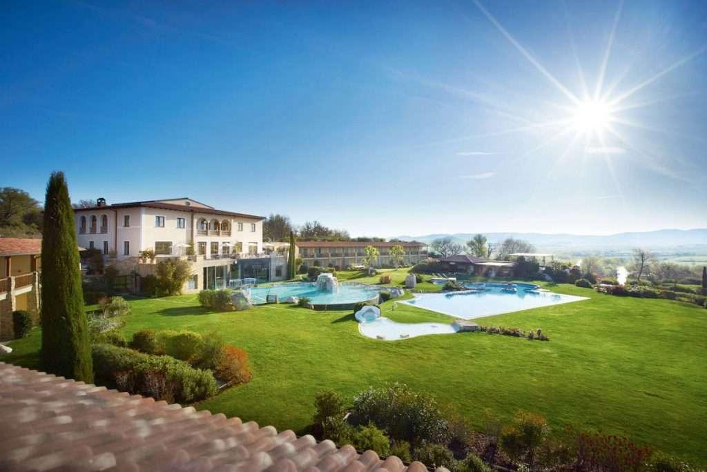 A Bagno Vignoni, frazione di San Quirico d'Orcia in provincia di Siena, l'Adler Spa Resort Thermae è una lussuosa oasi di benessere e wine resort nel cuore della Toscana