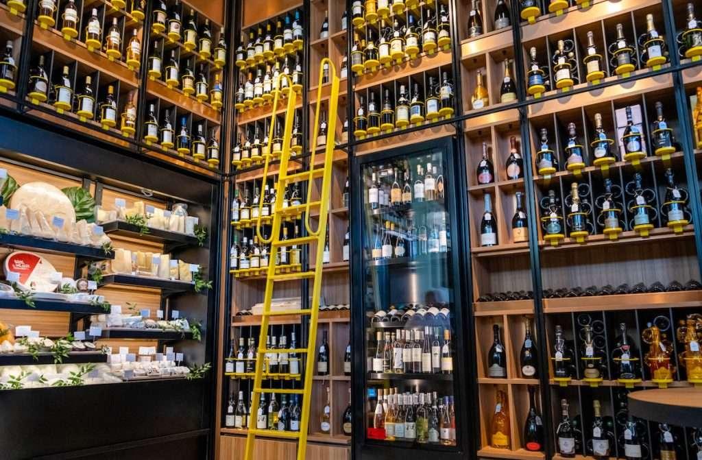 Il Peck di Forte dei Marmi offre una cantina di oltre 500 etichette, tra vini e Champagne di pregio