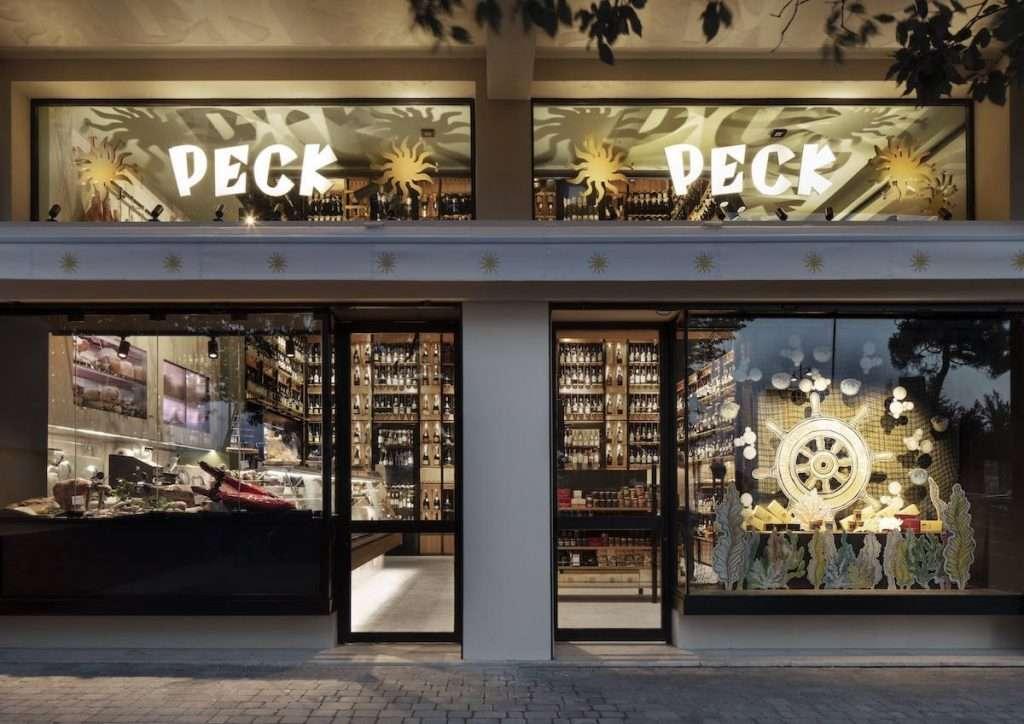 Apre in Versilia il quarto negozio Peck in Italia, il primo fuori dalla città di Milano, dove è già presente con lo storico flagship store di via Spadari e i due punti vendita a CityLife e Porta Venezia