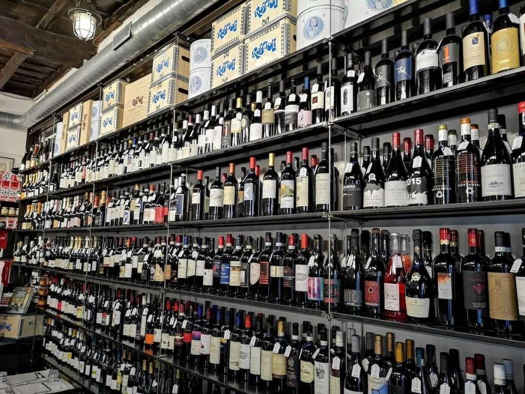 Una scelta che mette in fila quasi 3mila etichette quella di un'istituzione del bere bene come Roscioli a Roma