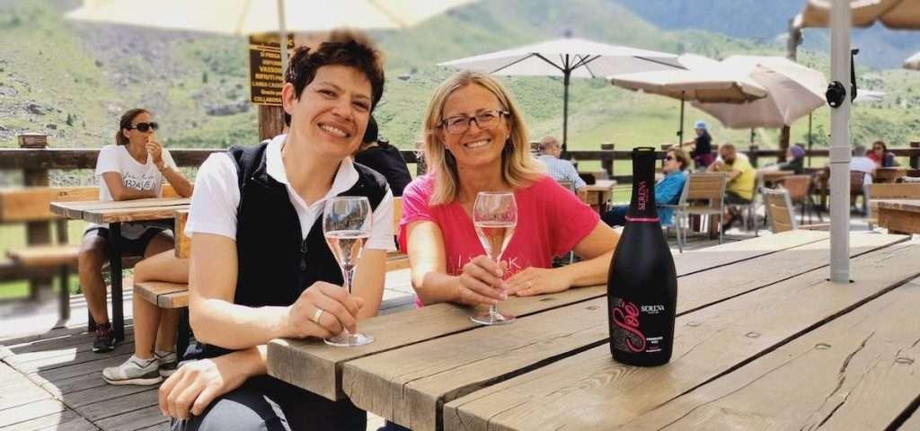 Roberta Genre ed Elisa Tarasco, ai piedi del Monviso, brindano con il Prosecco Doc Rosé Soé Serena Wines 1881