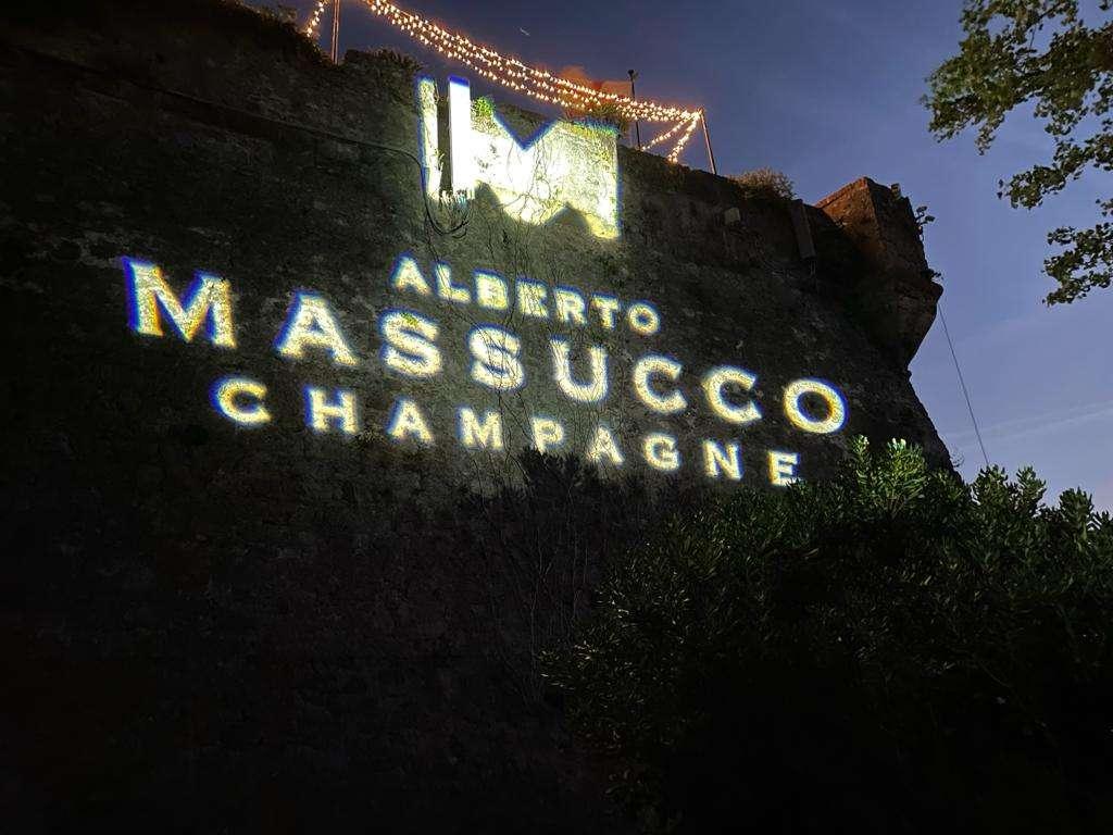 Massucco, Champagne en liberté soffia sulla baia di Portofino