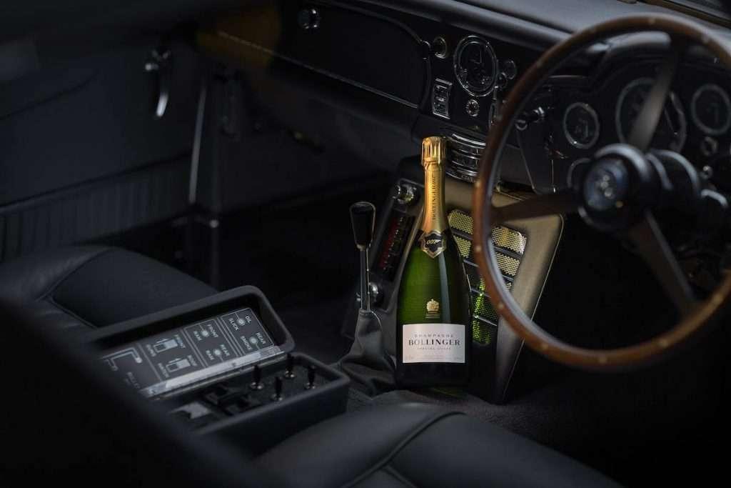 La gift box in edizione limitata per l'uscita di No Time To Die mette in primo piano tre icone: Bollinger Special Cuvée, l'Aston Martin DB5 e il leggendario James Bond
